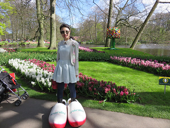 Keukenhof flower park wooden shoes tulips blumenpark tulpen clogs klompen
